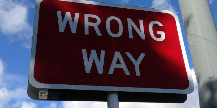 Wrong Way Sign - Image: Public Domain, Pixabay