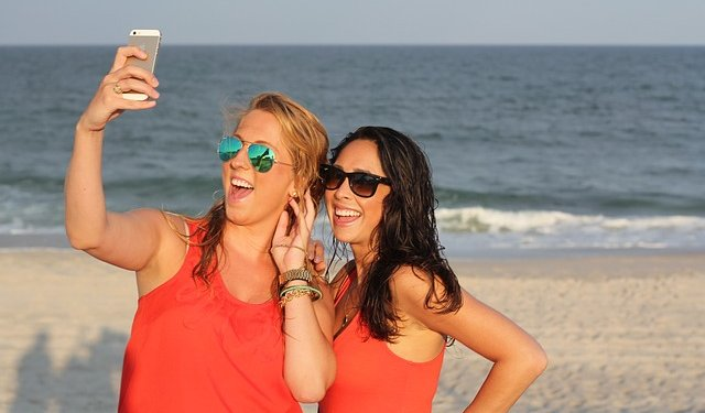 Girls Women Photo Selfie Beach Smile - Image: Public Domain, Pixabay