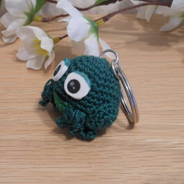 Amigurumi Kawaii Frog Amphibian Green Cute Crocheted Keychain side