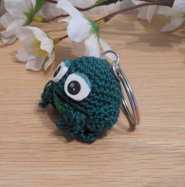 Amigurumi Kawaii Frog Amphibian Green Cute Crocheted Keychain side